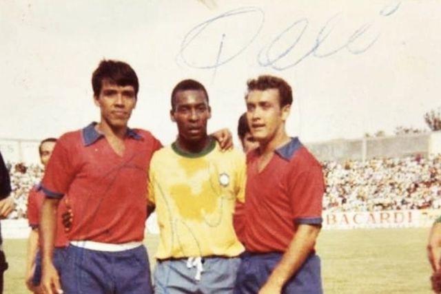 Pelé entre Gabriel López Zapìain y Chava Ruiz, del Irapuato