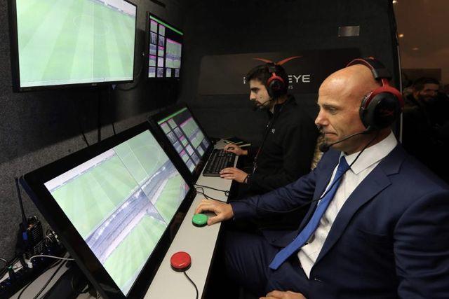 Los árbitros de LaLiga practican sus funciones del VAR a través de una plataforma de la UEFA