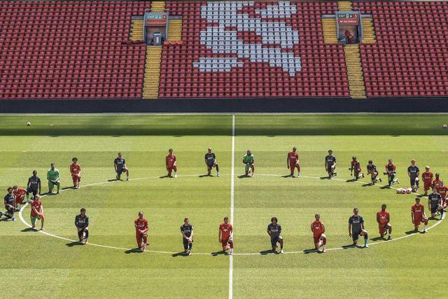 Jugadores del Liverpool se arrodillaron en el centro del campo como muestra de apoyo