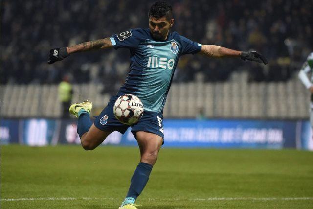 Tecatito Corona puso adelante al Porto contra el Marítimo con un golazo