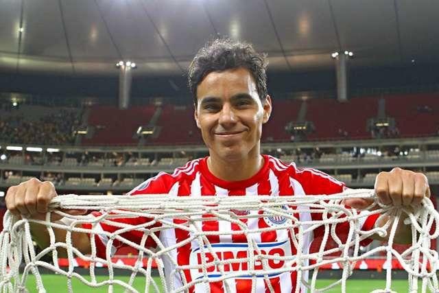 Omar Bravo con la red de la portería en la que anotó el gol 123 y se convirtió en máximo goleador de Chivas