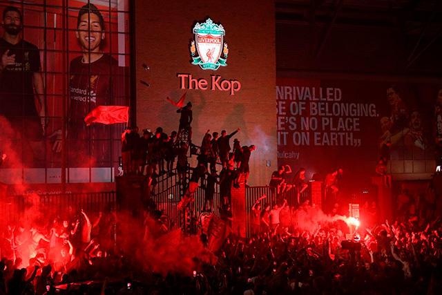 La policía detuvo a 10 aficionados del Liverpool durante la celebración del título