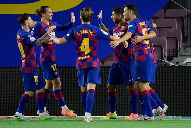 Jugadores del Barcelona celebran el gol de Suárez para el 1-0 sobre el Espanyol