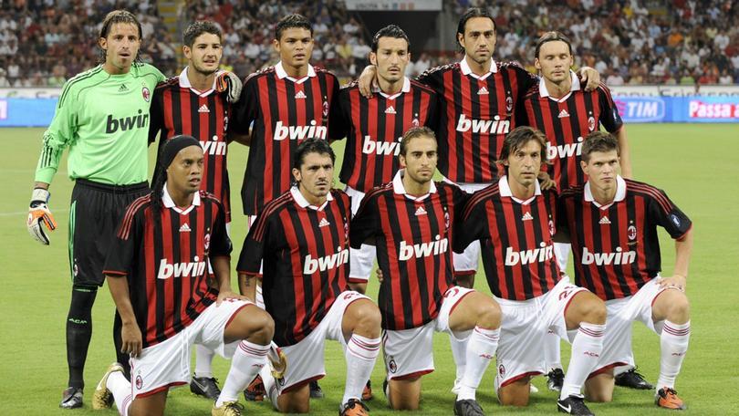 Los míticos uniformes del Milan con Adidas