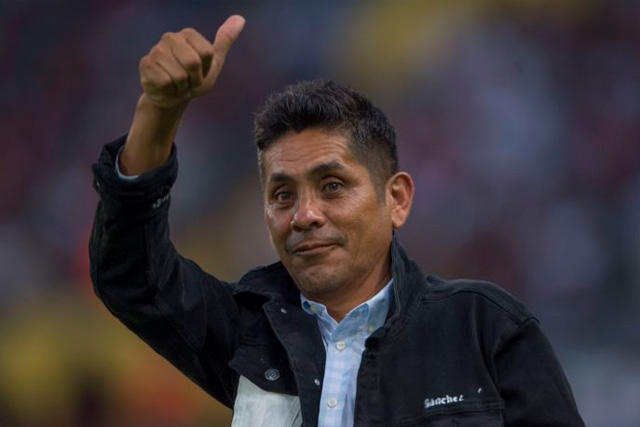 Jorge Campos levanta la mano para dirigir a Pumas