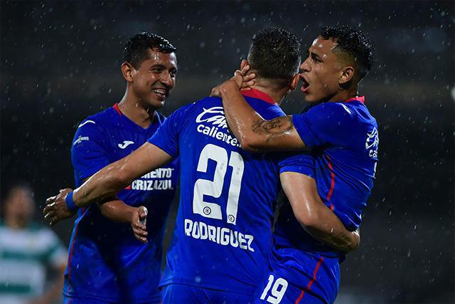 Cabecita Rodríguez celebrando con Yotún y Elías el primer gol de Cruz Azul