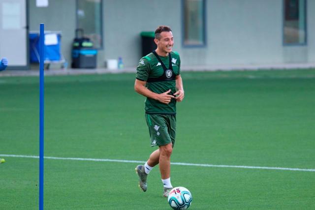 Andrés Guardado puso el ambiente en el entrenamiento del Betis con Los Ángeles Azules
