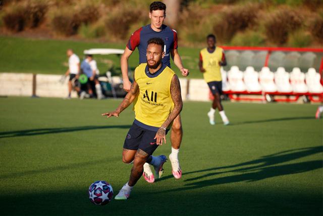 Neymar durante el entrenamiento previo al partido contra el Atalanta