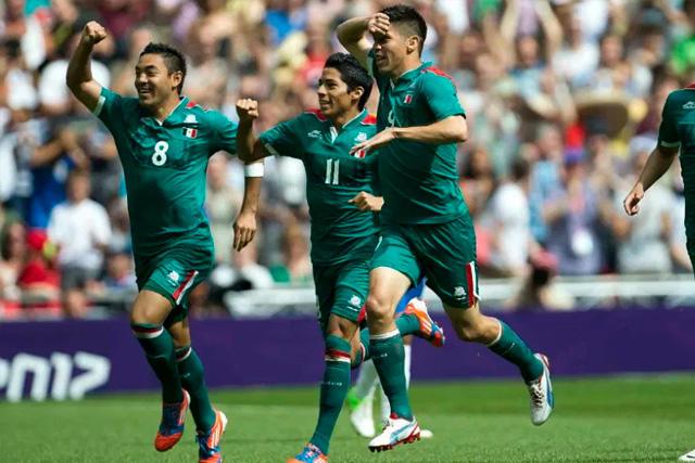Oribe Peralta, Marco Fabián y Aquino celebran el primer gol ante Brasil en la final de Londres 2012