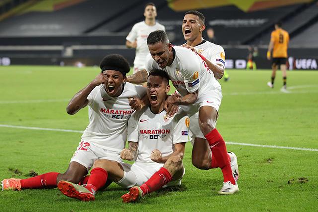Sevilla venció por la mínima a los Wolves de Raúl Jiménez