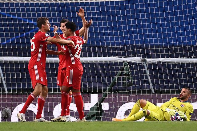 Müller, Lewandowski y Gnabry celebran el gol ante el Lyon