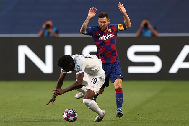 Alphonso Davies recibe una falta de Lionel Messi