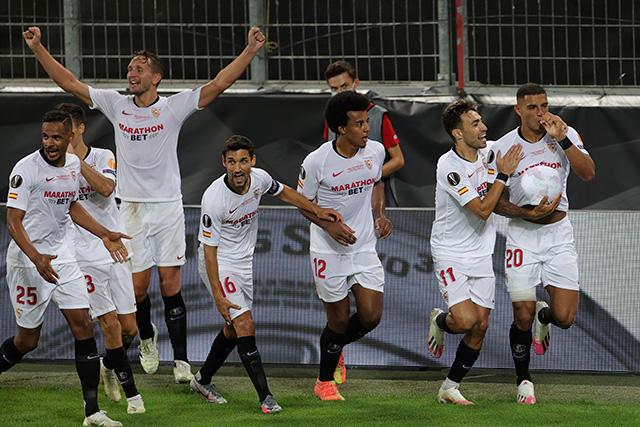Diego Carlos festeja con los jugadores del Sevilla el gol del título de la Europa League