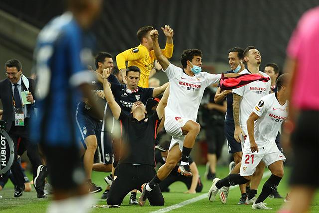 Lopetegui y los jugadores del Sevilla celebran el título de la Europa League