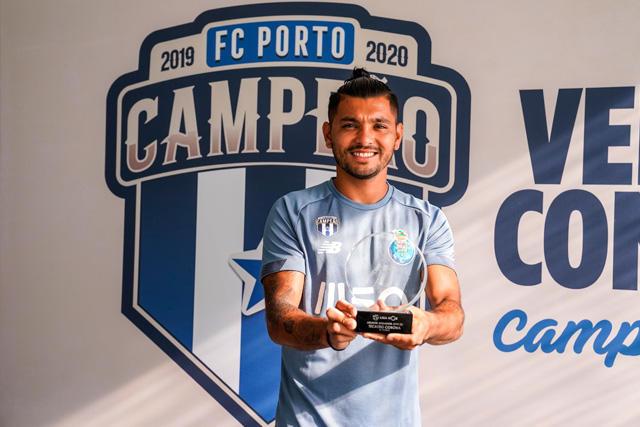 Tecatito recibe su premio del MVP de la temporada