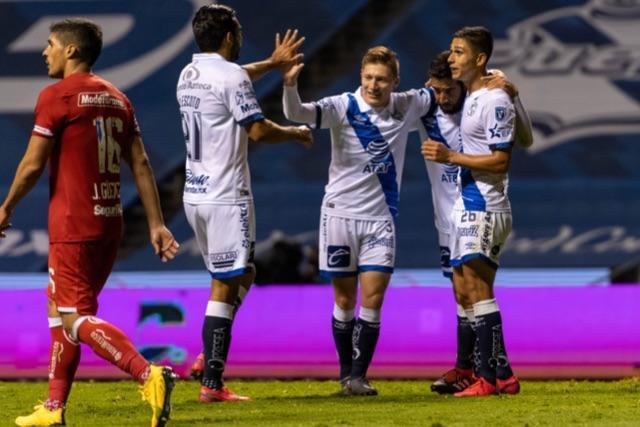 Jugadores del Puebla celebran el gol ante Toluca