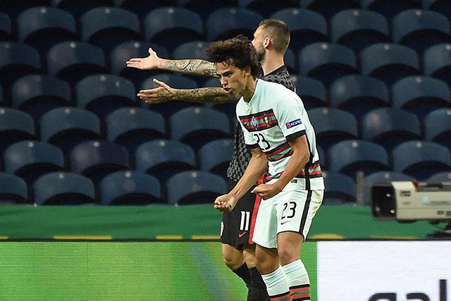 Joao Felix celebra su primer gol con Portugal