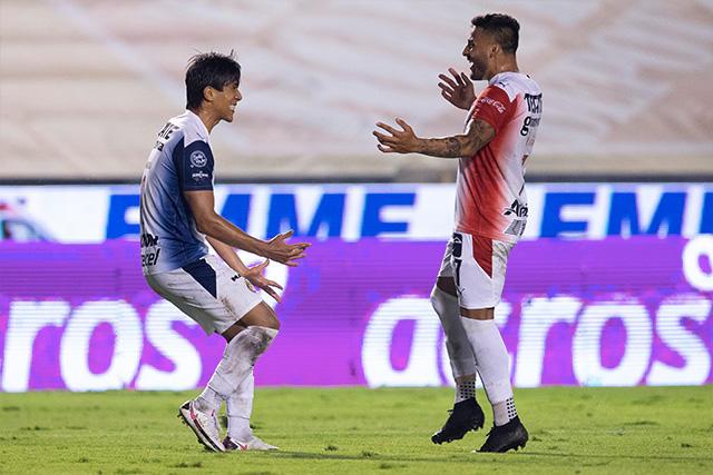 Macías y Vega celebran el segundo gol de Chivas ante Tigres