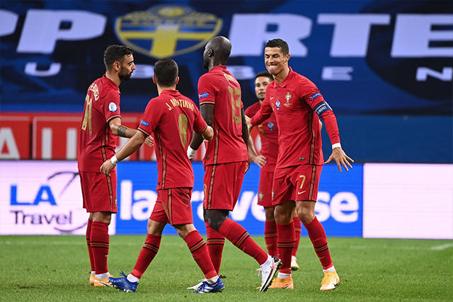 Cristiano Ronaldo celebra su gol 100 con portugal