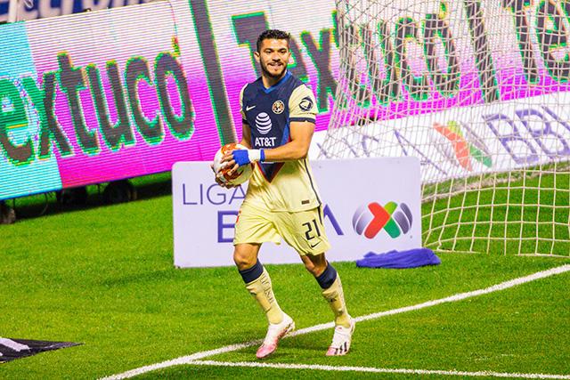 Henry Martín celebra su gol ante Puebla