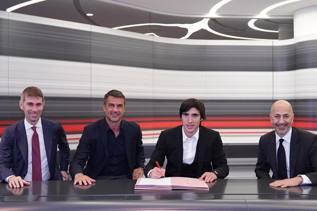 Sandro Tonali en su firma de contrato con el Milan