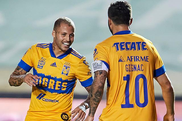 Diente López y Gignac celebran el 2-0 contra Santos