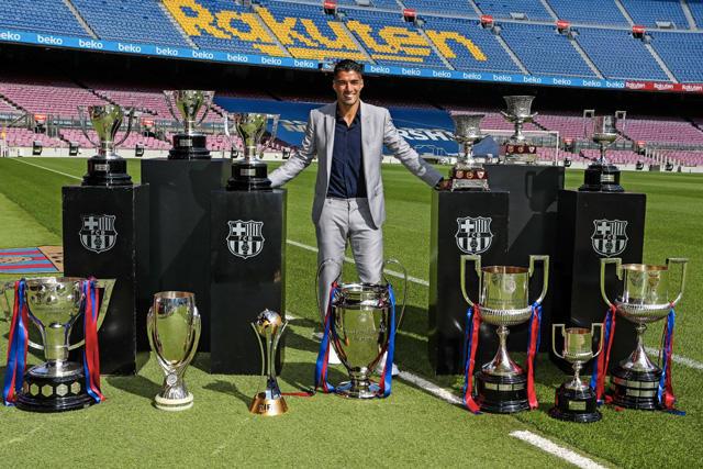 Luis Suárez con los trofeos que ganó en el Barcelona