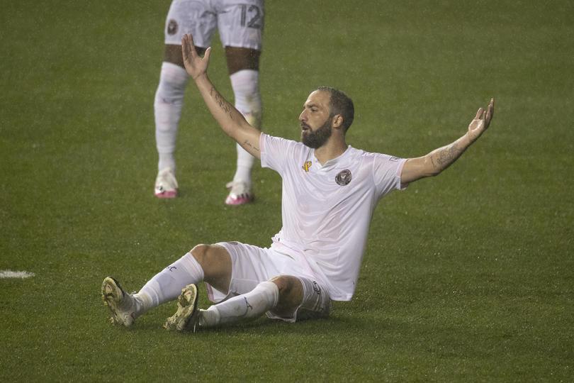 Higuain vuela un penal en su debut en la MLS.
