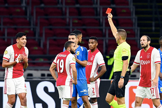 Edson Álvarez expulsado ante Vitesse
