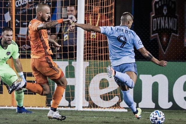 Alan Pulido regresó a la titularidad y los goles volvieron