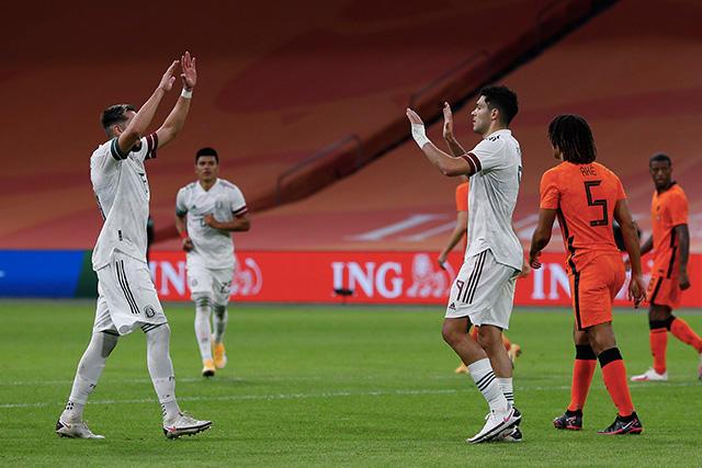 Raúl Jiménez celebra su gol contra Holanda
