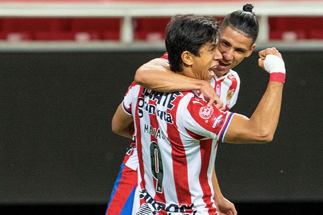 JJ Macías y Antuna celebran el gol ante el Atlas