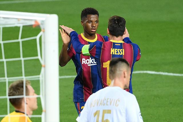 Ansu Fati celebra con Messi su gol en Champions League