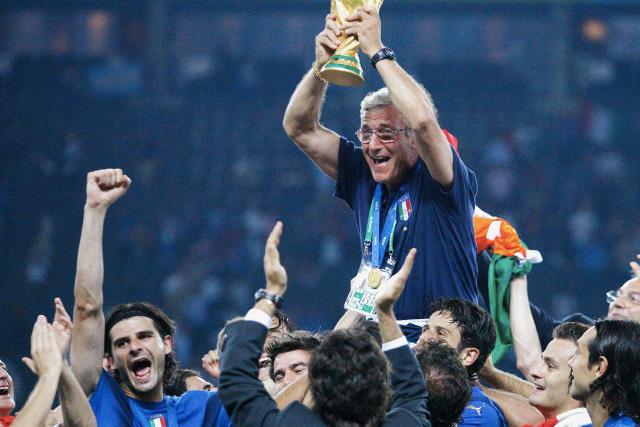 Marcello Lippi levantando la Copa del Mundo en el Mundial 2006