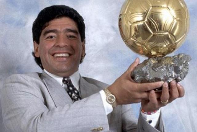 Diego Maradona con su Balón de Oro Honorífico en 1995