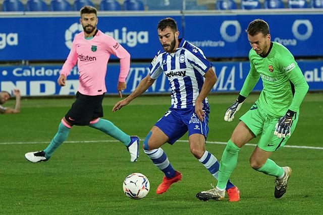 Neto cometió un terrible error que terminó en gol del Alavés