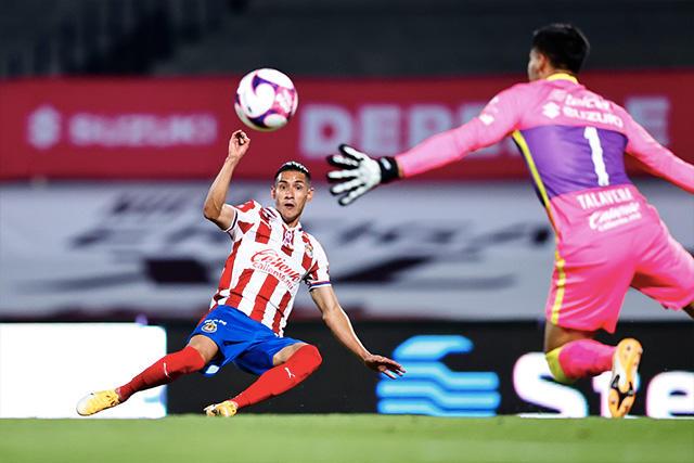 Pumas y Chivas empatan a dos goles en CU