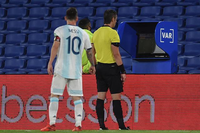 Lionel Messi se acerca al árbitro para revisar la jugada del gol anulado