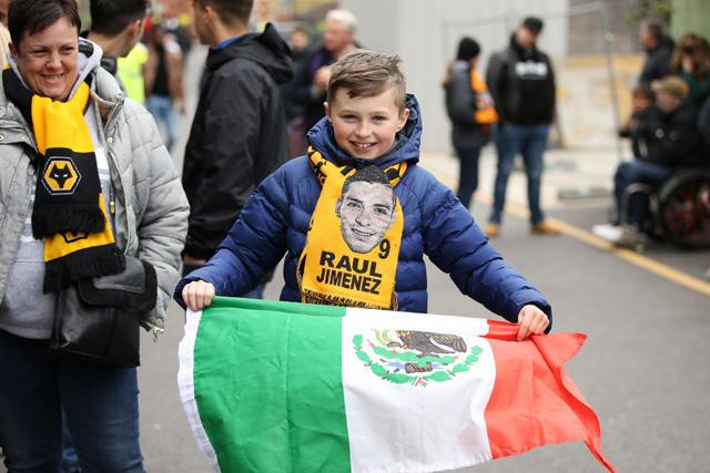 Aficionados de los Wolves recaudan fondos para una pancarta en honor a Raúl Jiménez