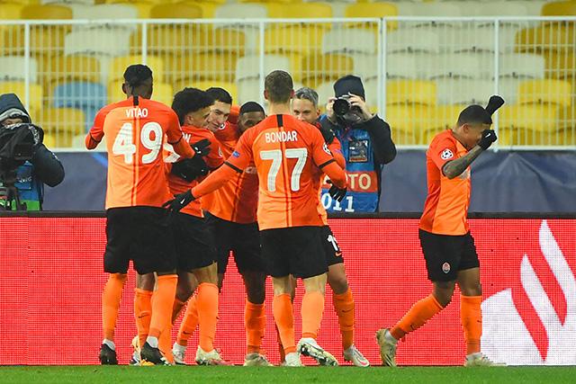 Shakhtar venció 2-0 al Real Madrid, que de momento está fuera de los octavos de la Champions