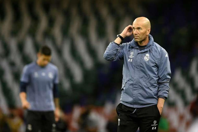 Zinedine Zidane tambalea en el banquillo del Real Madrid