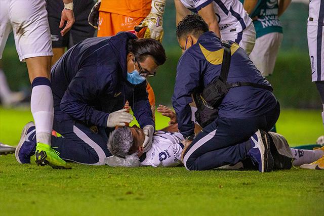Johan Vásquez siendo atendido por el cuerpo médico de Pumas