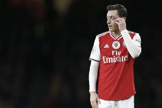 Mesut Özil negociaría su salida del Arsenal en enero