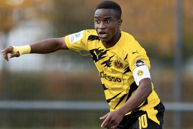 Youssoufa Moukoko, joya de 16 años, será el delantero del Dortmund