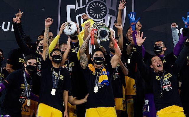 Los jugadores de Tigres levantan su primer titulo internacional