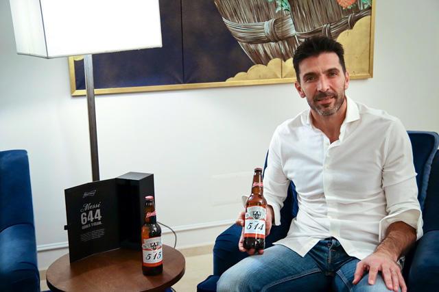 Gianluigi Buffon es uno de los 160 porteros que recibió una cerveza tras recibir gol de Messi