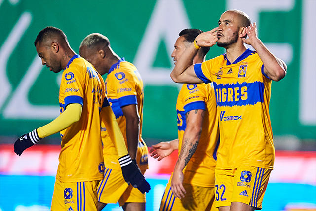 Carlos González celebra su primer gol con Tigres