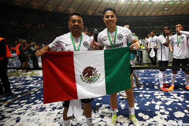 Marco Fabián y Carlos Salcedo celebrando el título de la Pokal tras vencer al Bayern Múnich