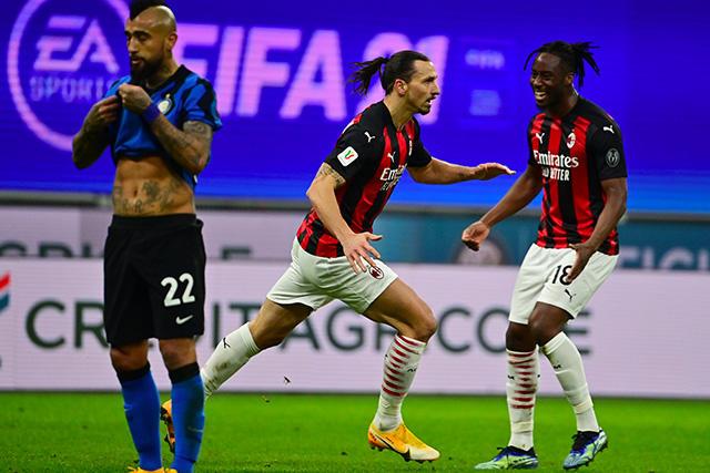 Zlatan celebra su gol ante el Inter en la Coppa Italia