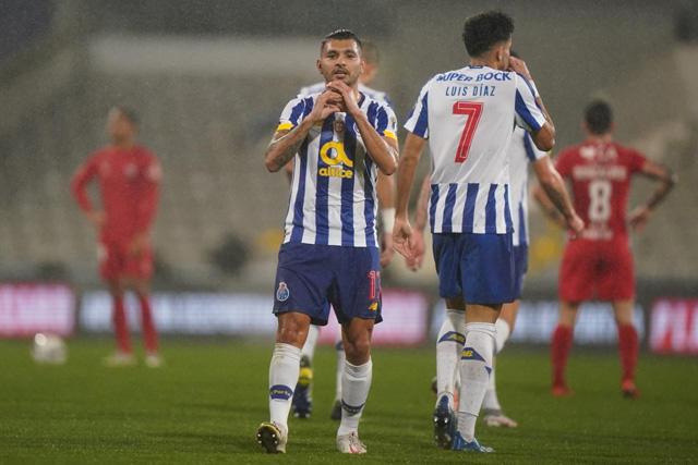 Tecatito celebrando su primer gol en la Taça esta temporada